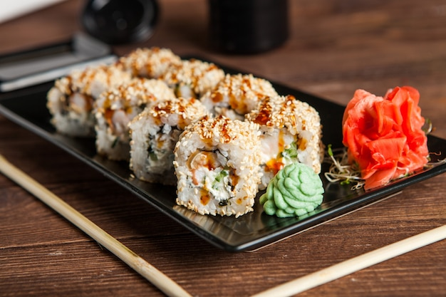 Vari tipi deliziosi di involtini di sushi.