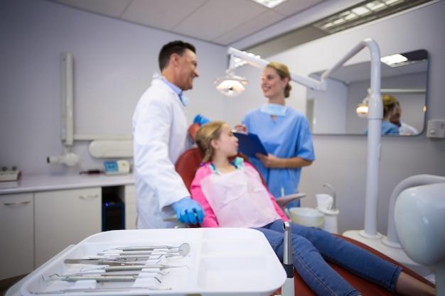 Vari strumenti dentali conservati nel vassoio