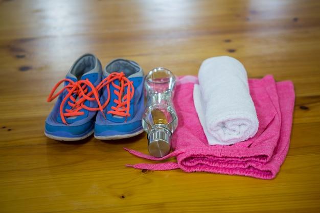 Varie attrezzature per esercizi mantenute su pavimento in legno