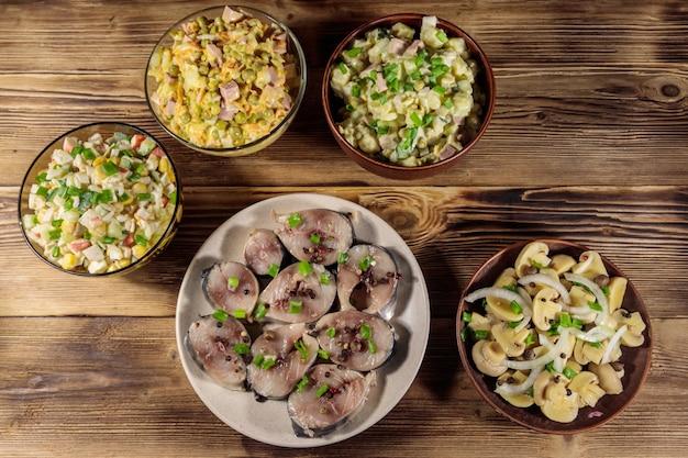 Vari piatti festivi sulla tavola di legno. vista dall'alto