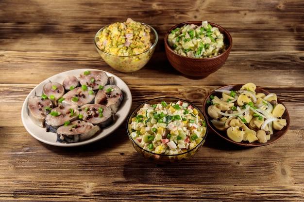 Vari piatti festivi sulla tavola di legno