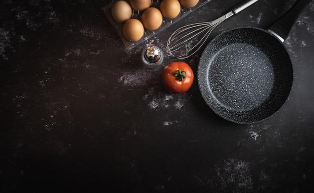 Vari ingredienti alimentari su uno sfondo scuro con uno spazio per il testo o il messaggio