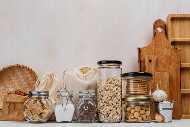 Vista frontale di vari ingredienti alimentari crudi