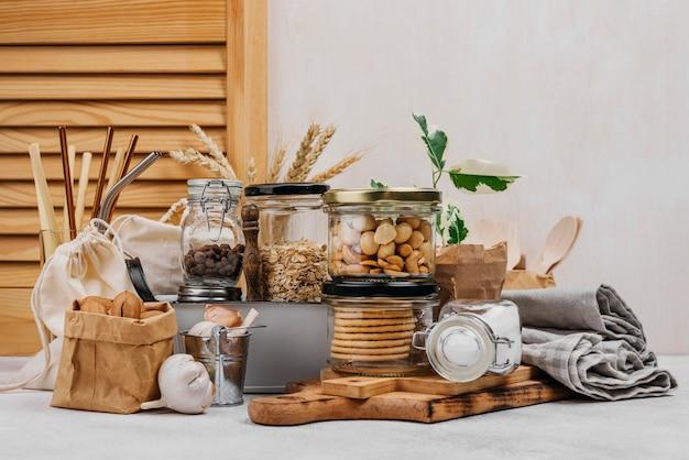 Vari ingredienti alimentari crudi in barattoli