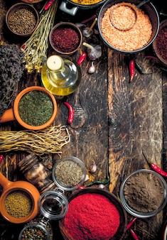 Varie spezie ed erbe aromatiche. su uno sfondo di legno.