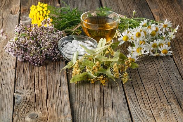 Varie erbe fresche che appendono sulla tavola