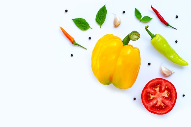 Varie verdure fresche ed erbe aromatiche. cibo e ingredienti da cucina, concetto di mangiare sano