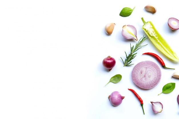 Vari ortaggi freschi ed erbe su fondo bianco. concetto di mangiare sano