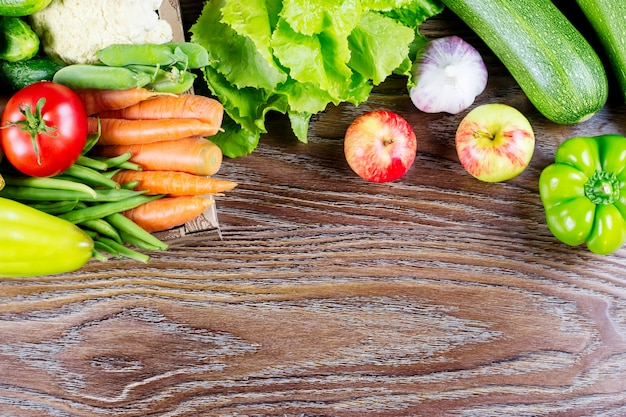 Vari ortaggi freschi su un fondo di legno, copia spazio. concetto di mangiare sano.