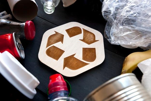 Varie immondizia con icona di riciclaggio nel mezzo