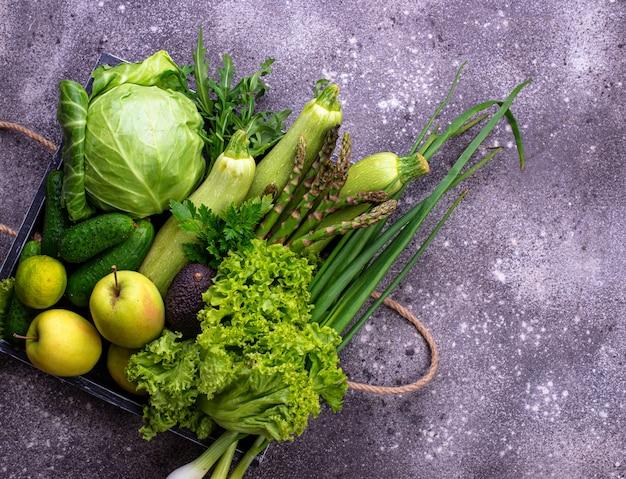 Varie verdure e frutta verdi