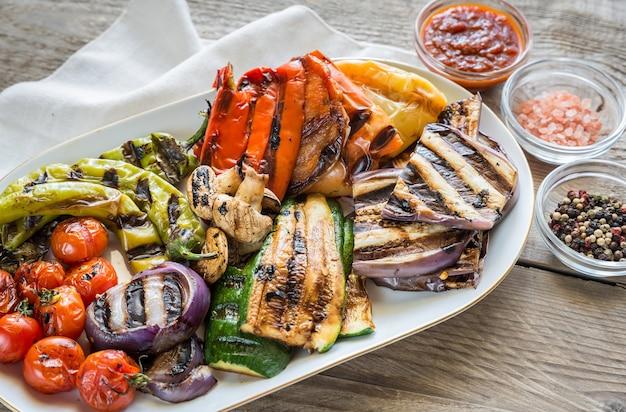 Varie verdure grigliate sulla tavola di legno