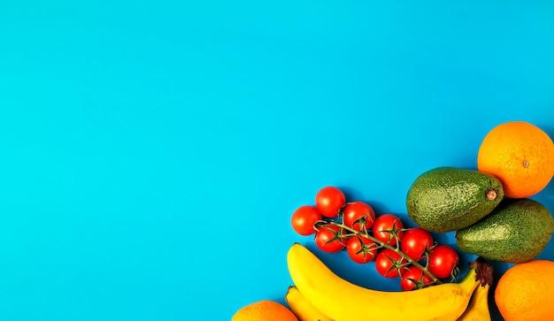 Vari frutti sani su una superficie blu brillante