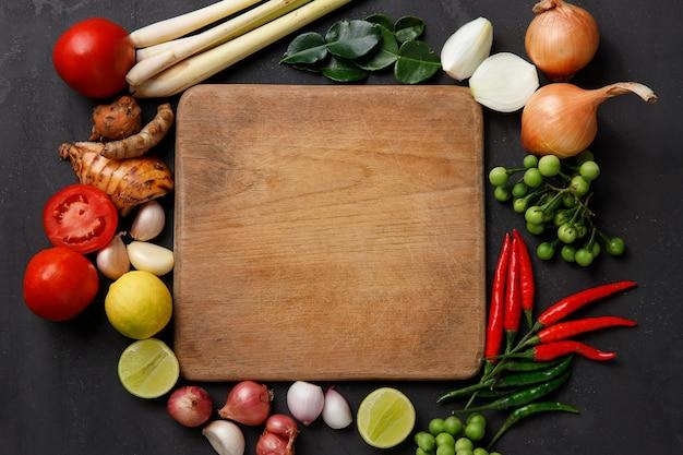 Varie erbe, spezie e ingredienti su oscurità. vista dall'alto Foto Premium