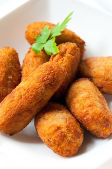 Varie crocchette fatte in casa su un piatto bianco cibo tipico spagnolo