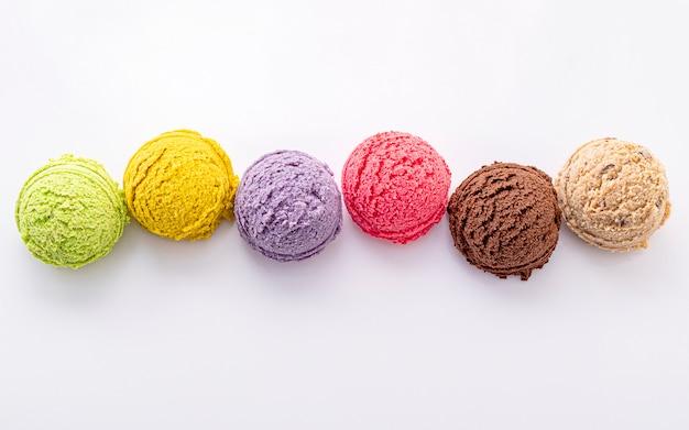 Vario dell'isolato della palla di sapore del gelato su fondo bianco.