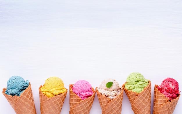 Vari gusti di gelato nei coni.