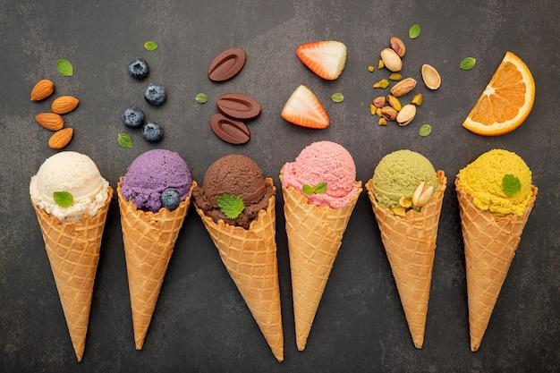 Vari gusti di gelato in coni di cialda