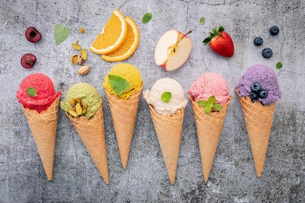 Vari gusti di gelato con coni di cialda