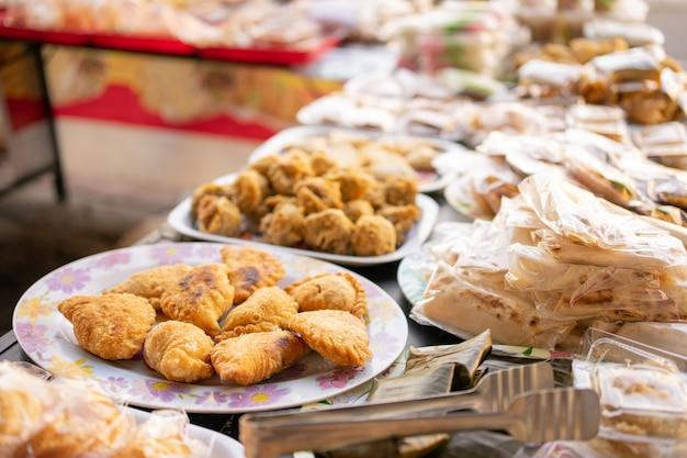 Vari tipi di cibo di strada tradizionale indonesiano