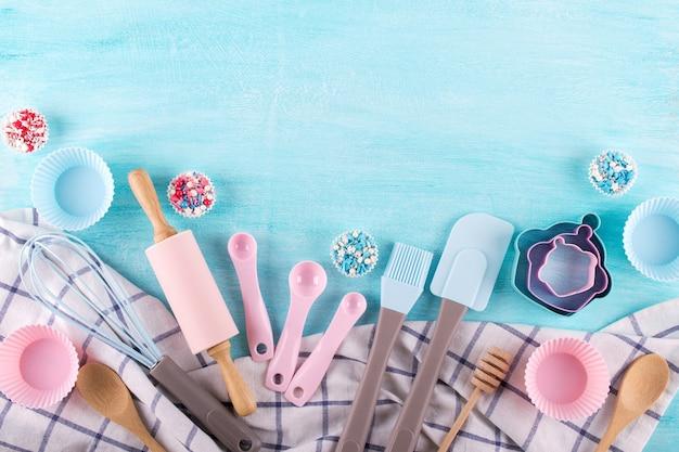Vari utensili da cucina. lay piatto. vista dall'alto, mockup per ricetta su sfondo blu.