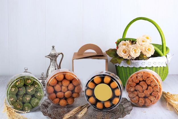Vari pacchetti di biscotti lebaran su sfondo bianco. copia spazio per il testo. hantaran kue kering lebaran concept