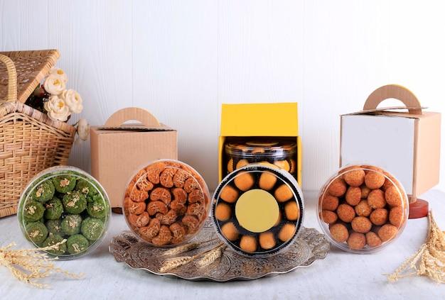 Vari pacchetti di biscotti lebaran su sfondo bianco