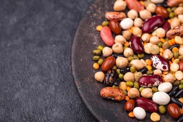 Vari legumi. lenticchie, fagioli, piselli, ceci