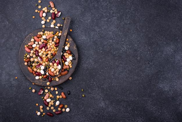 Vari legumi. lenticchie, fagioli diversi, piselli secchi, ceci e fagioli mung