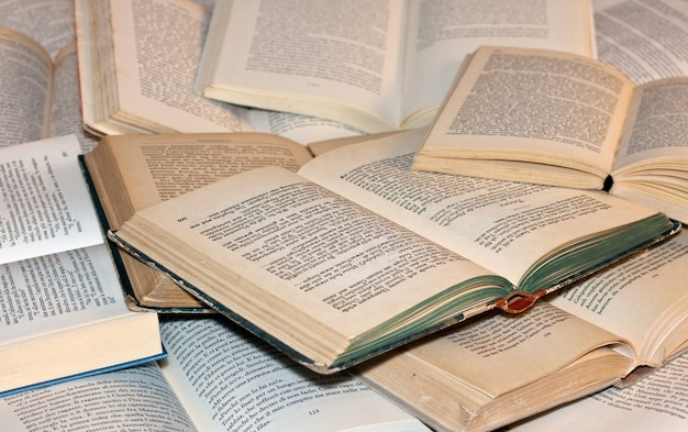 Vari vecchi libri aperti sulla superficie