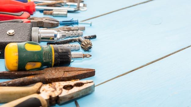 Vari vecchi strumenti sul posto di lavoro del meccanico.