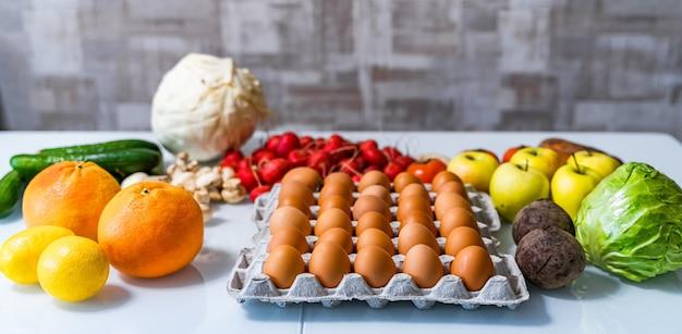 Vari prodotti dietetici paleo sul tavolo bianco