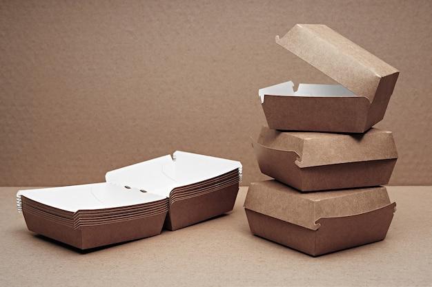 Varie stoviglie monouso biodegradabili in carta e legno