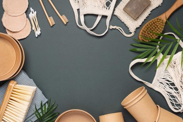 Vari prodotti per uno stile di vita sostenibile. pulizia, cosmetici, imballaggi e borse per la spesa.