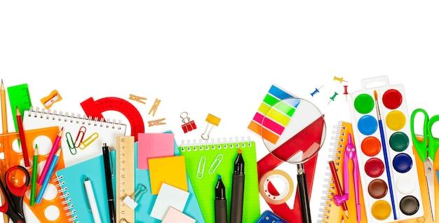 Varie forniture scolastiche su sfondo bianco isolato
