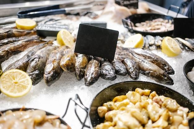 Vari frutti di mare sugli scaffali del mercato del pesce