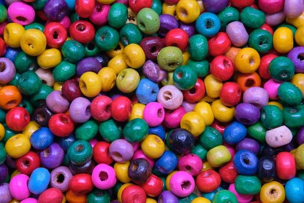 Vari perline di legno colorate per cucire