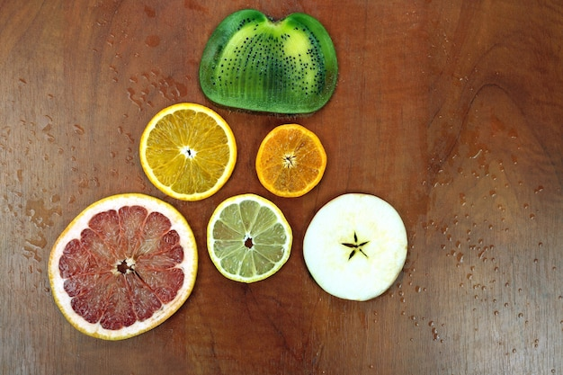 Vari frutti a fette sul tavolo di legno rosso