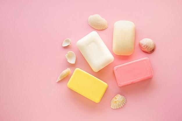 Varie saponette su un tavolo rosa