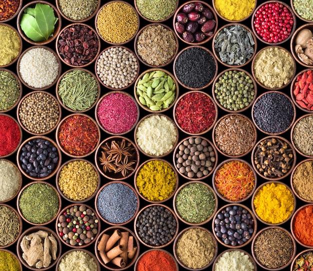 Varie spezie e condimenti in tazze