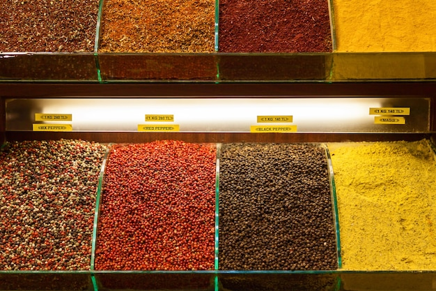 Varie spezie su un bancone del grand bazaar di istanbul, turchia