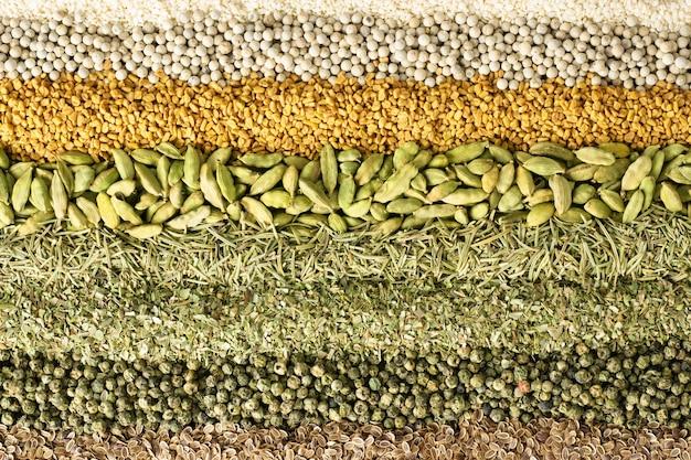 Varie spezie ed erbe aromatiche sfondo