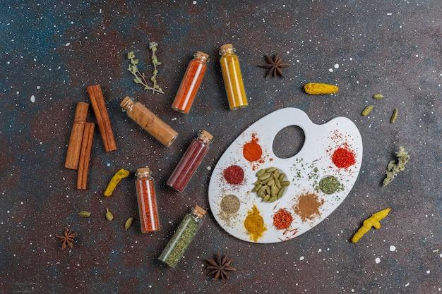 Varie spezie ed erbe aromatiche per cucinare.