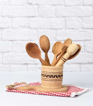 Vari cucchiai e utensili da cucina in legno in una ciotola