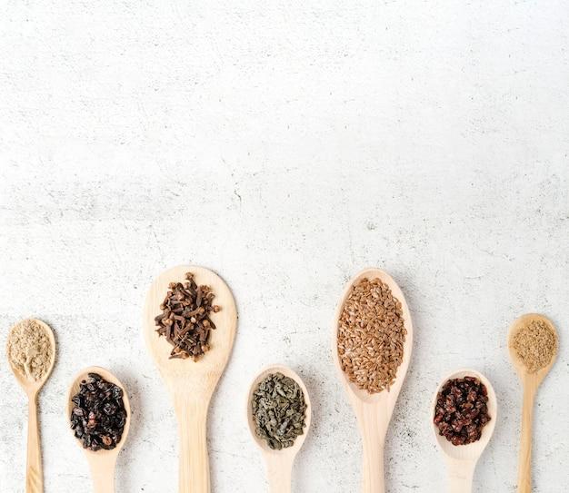 Vari cucchiai con disposizione dei semi copiano lo spazio