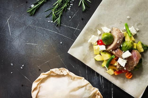 Varie verdure verdi estive feta e carne di tacchino in marinata