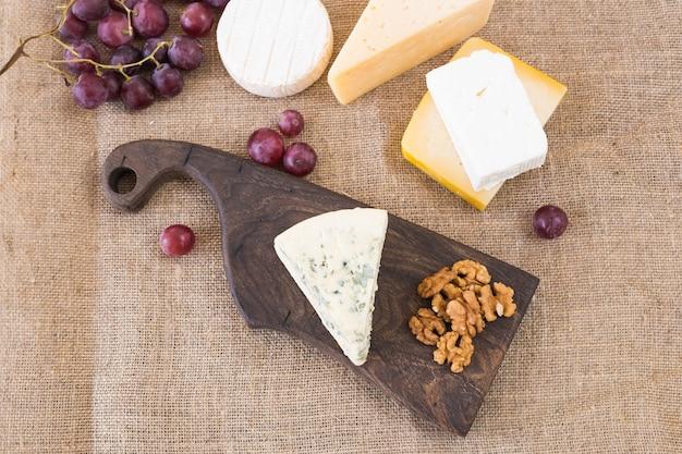 Vari tipi di formaggio, formaggio blu e brie con uva e noci.
