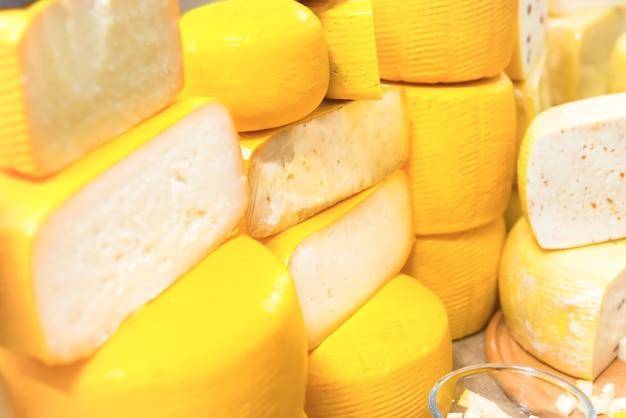 Vari tipi di formaggio sulla scrivania in legno
