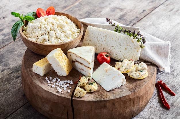 Vari tipi di formaggi di capra organici freschi sulla tavola di legno rustica
