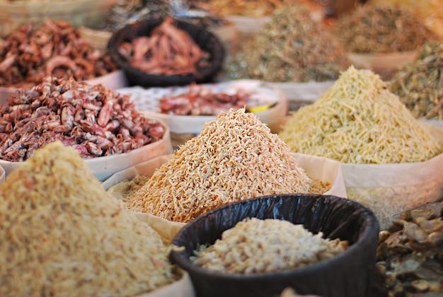 Vari tipi di pesce salato nelle bancarelle del mercato